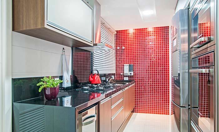Cozinha pequena com pastilha vermelha.