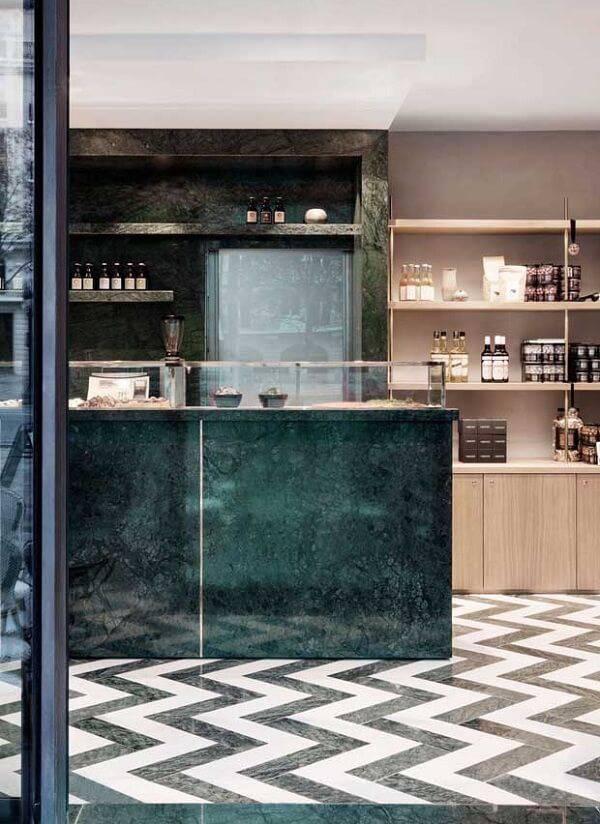 Loja elegante com decoração de granito verde ubatuba.