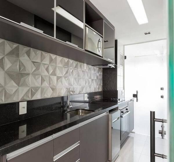 Cozinha pequena com azulejo tridimensional.