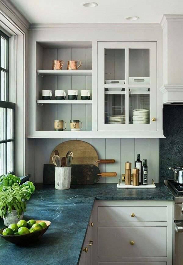 Cozinha com armários clássicos e granito verde ubatuba.