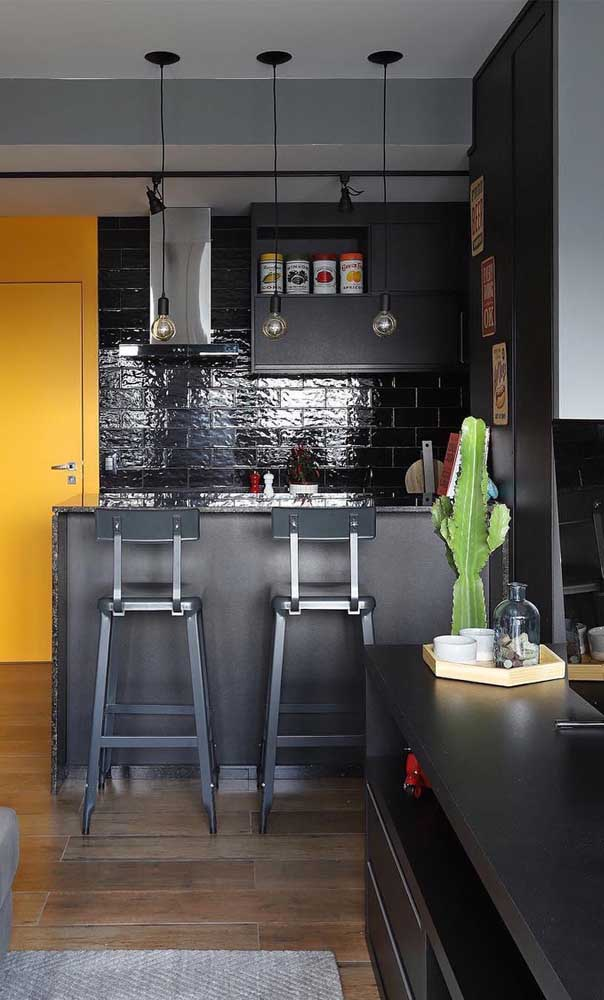 Cozinha americana preta moderna.