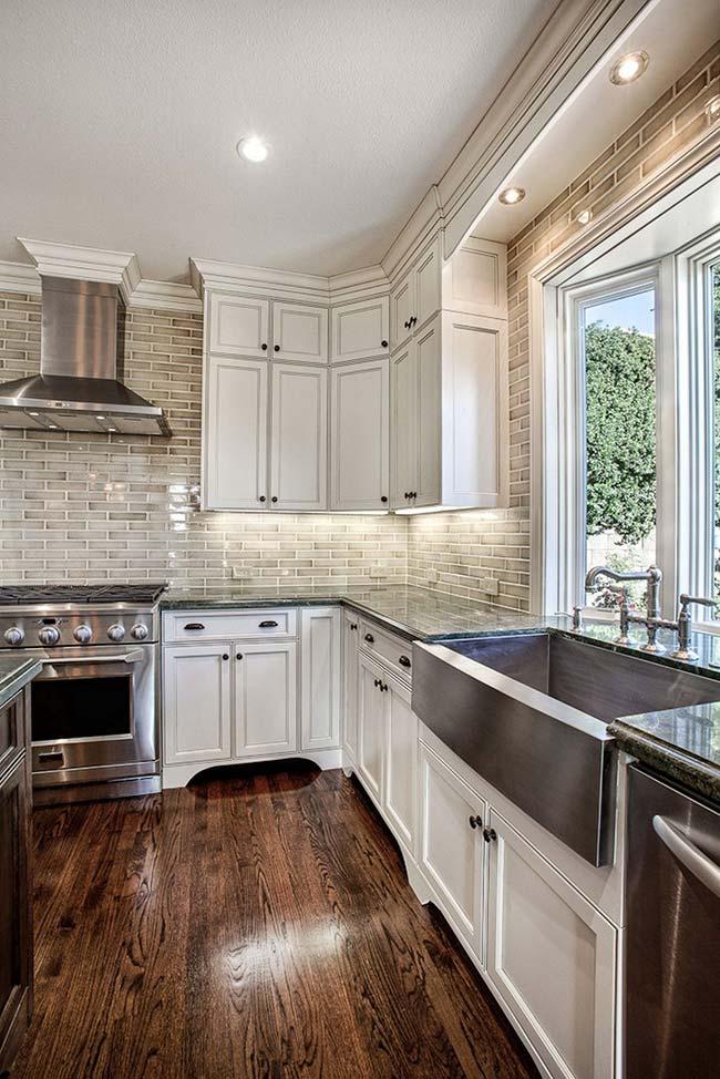 Cozinha com armários brancos clássicos.