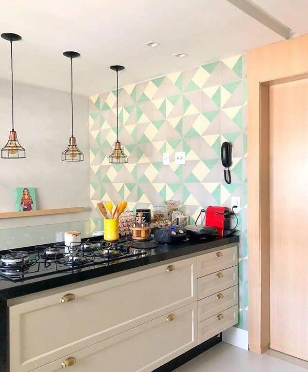 Cozinha pequena moderna com cooktop e pendentes suspensos.