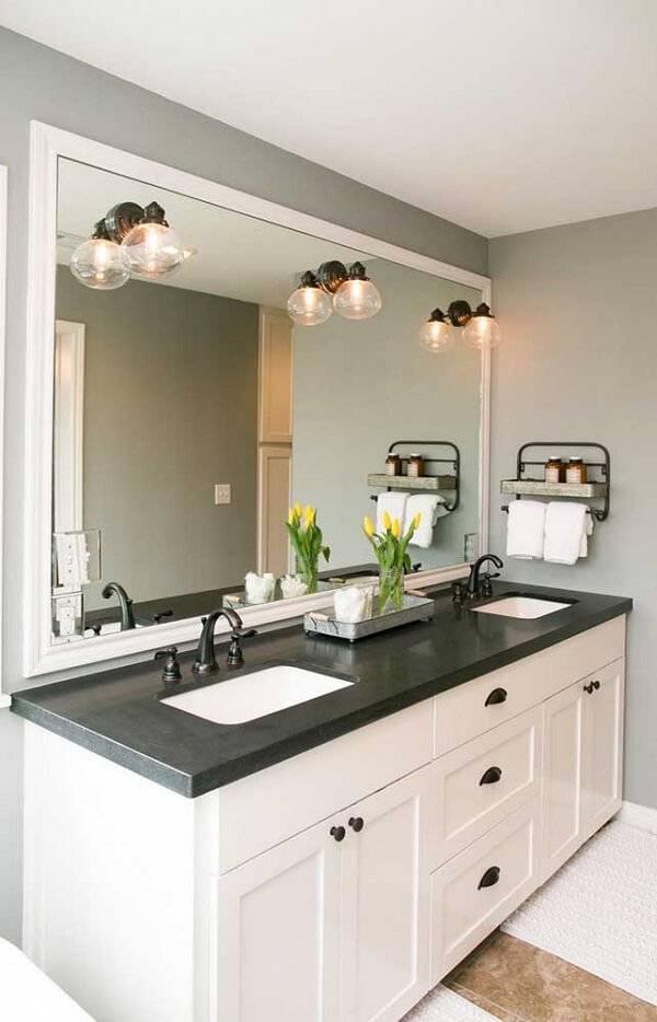 Banheiro decorado com bancada dupla.