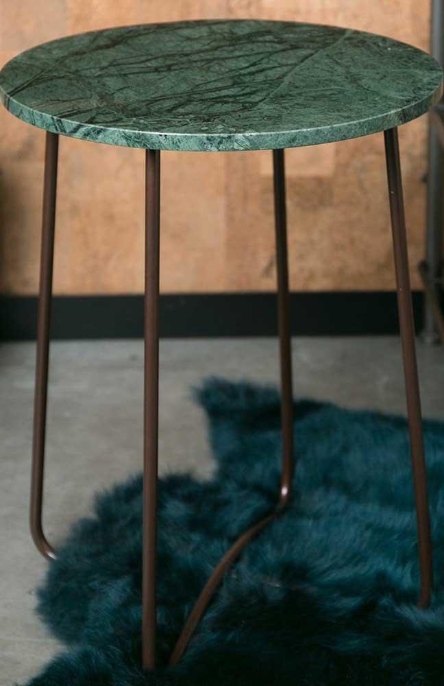 Mesa lateral redonda de granito verde ubatuba.