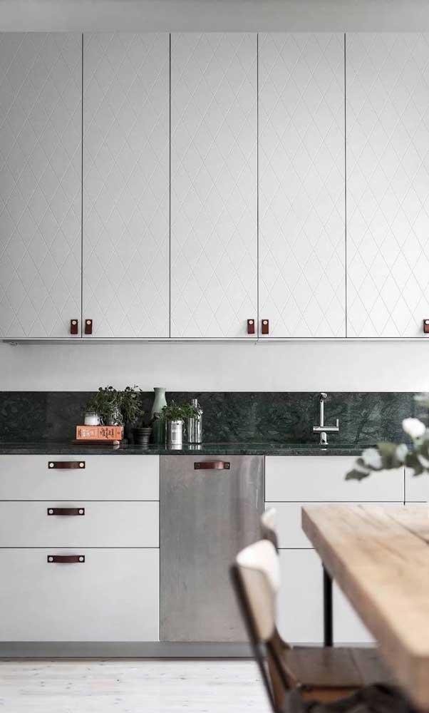 Cozinha moderna com armários brancos e puxadores arredondados