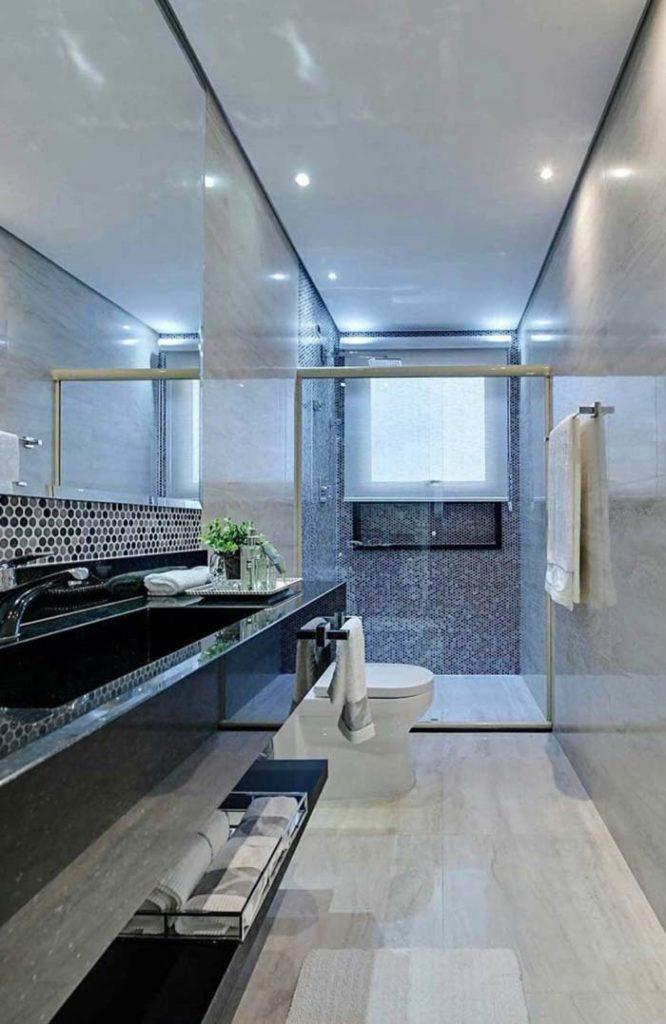 Banheiro pequeno com pia esculpida.