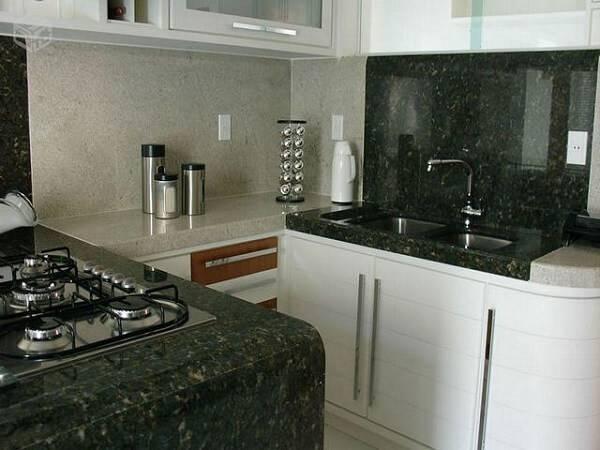Cozinha moderna pequena.
