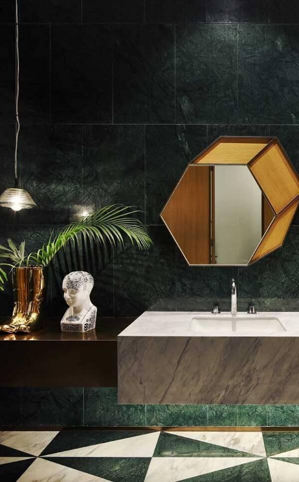 Banheiro moderno com revestimento de granito verde ubatuba.