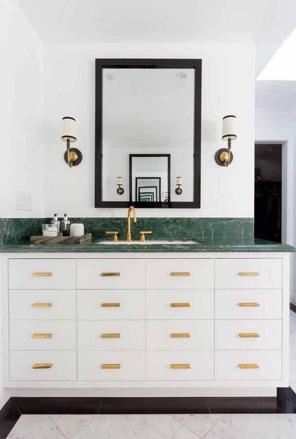 Banheiro branco e luxuoso.