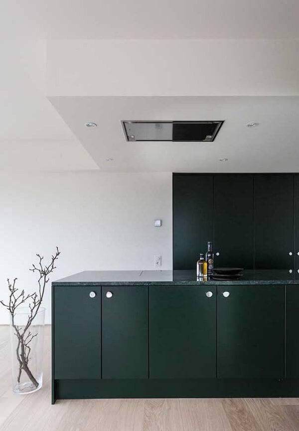 Cozinha moderna e minimalista com armário em linhas retas.
