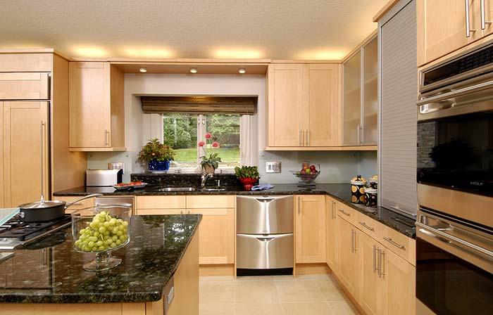 Cozinha com ilha e armários de madeira.