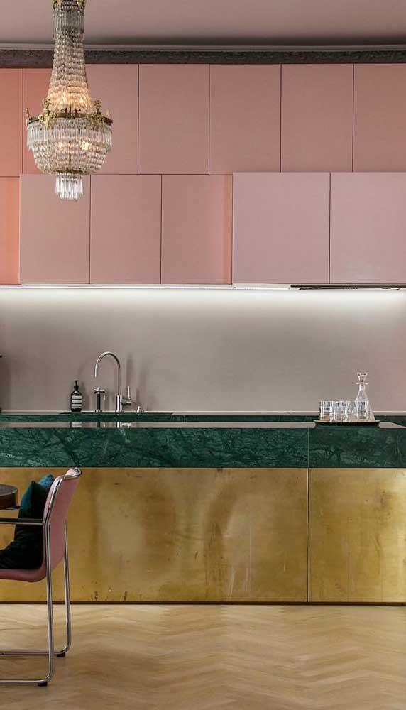 Cozinha moderna com armários brancos e lustre luxuoso.