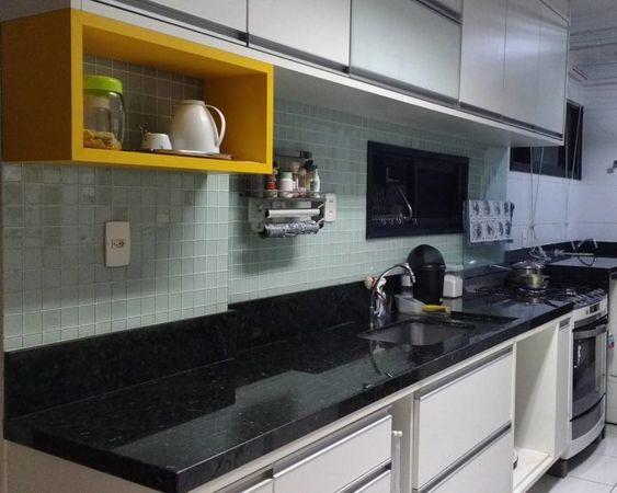 Cozinha simples com nicho amarelo.