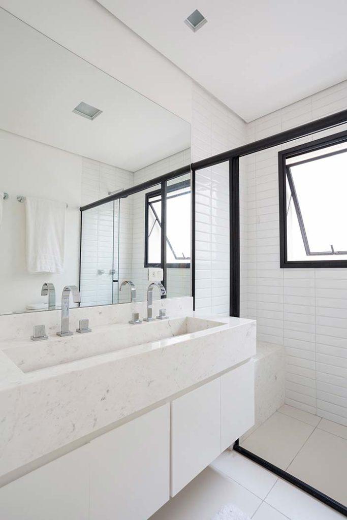 Banheiro branco com cuba dupla.