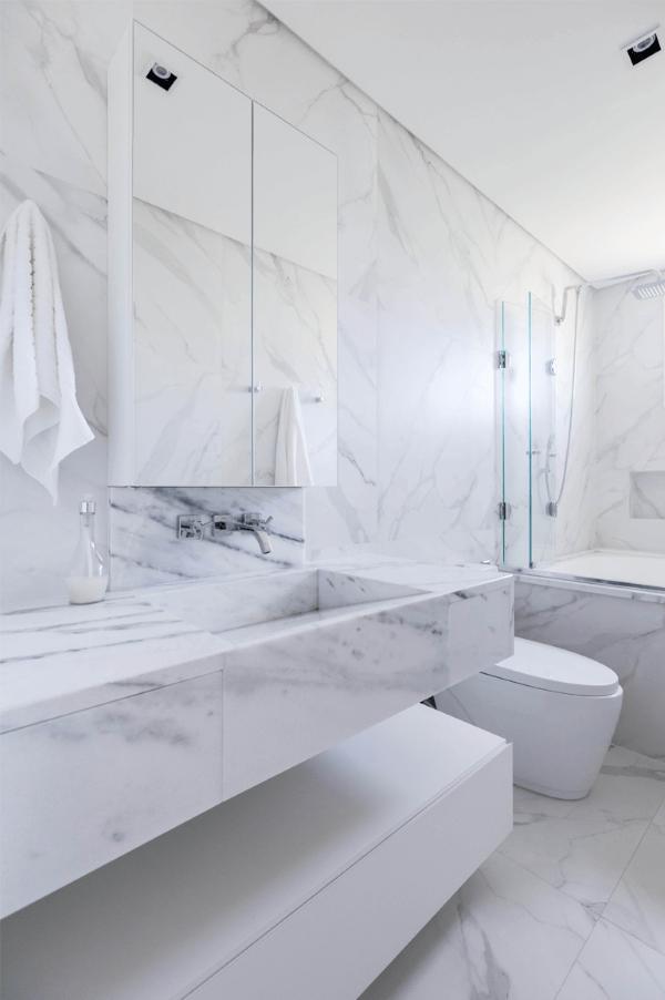 Banheiro branco luxuoso.