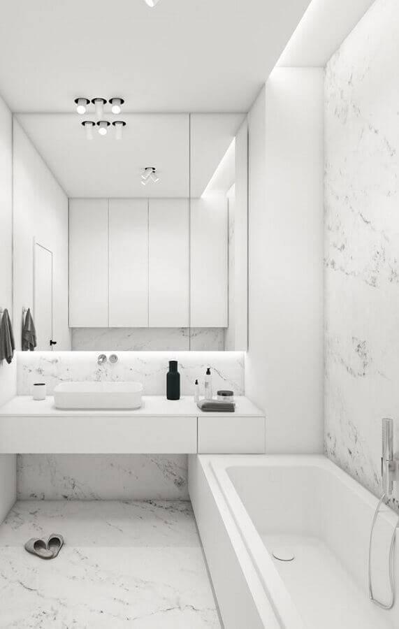 Banheiro branco com mármore moura.