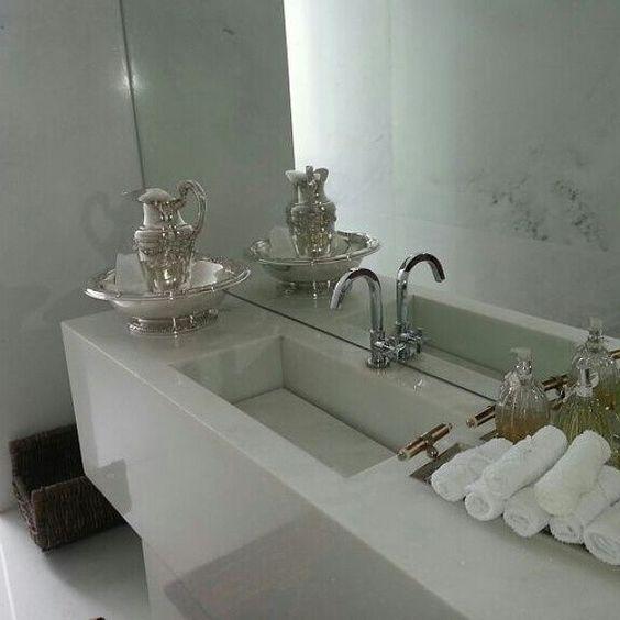 Pia esculpida em mármore branco especial.