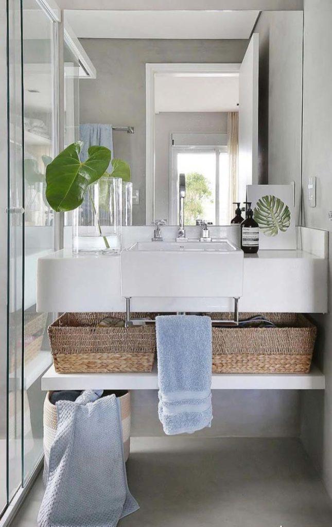 Banheiro moderno com parede de cimento queimado.