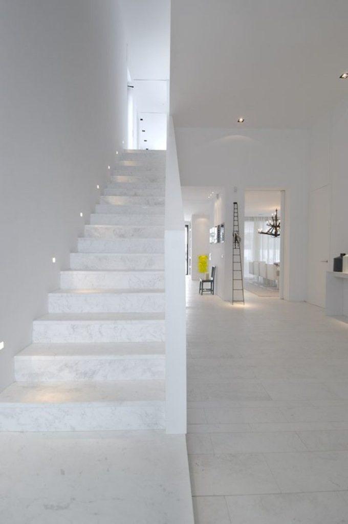 Escada revestida com mármore branco piguês.