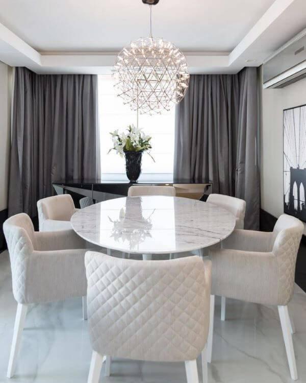 Sala de jantar clean luxuosa.