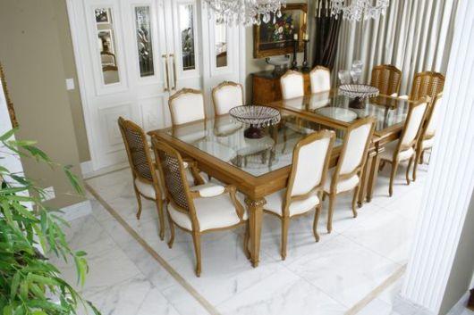 Sala de jantar luxuosa com lustre.
