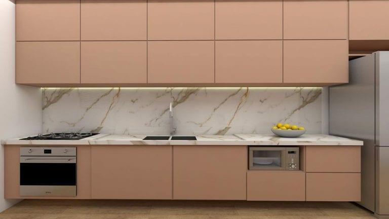 Cozinha luxuosa com armários rosas e revestimento de mármore paraná.
