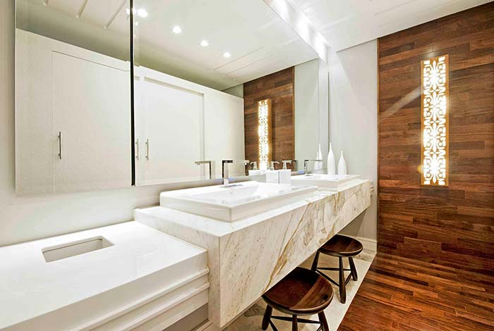 Banheira luxuoso com revestimento de madeira.