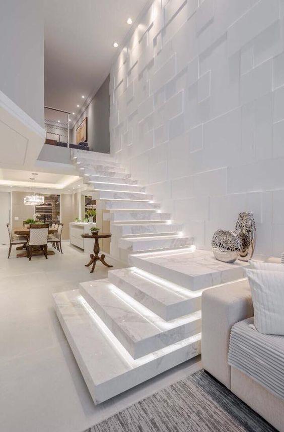 Escada revestida com mármore branco paraná.