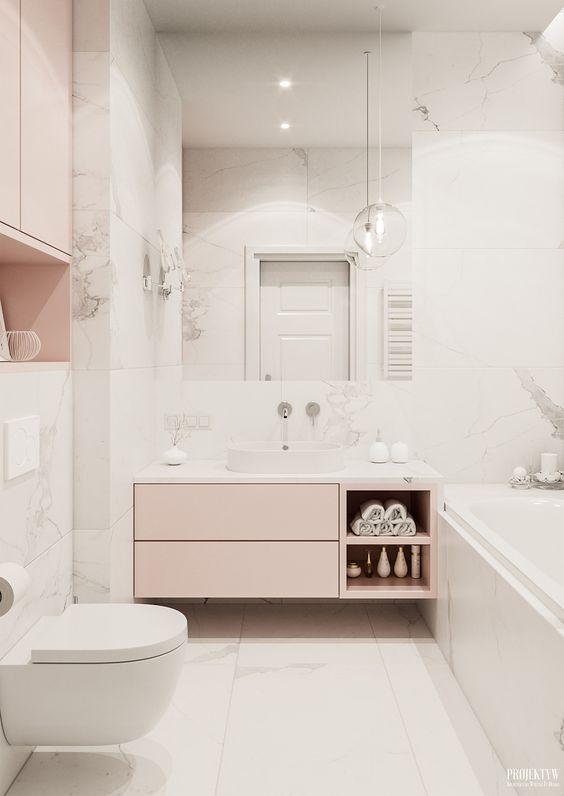 Banheiro feminino clean com armários rosa.