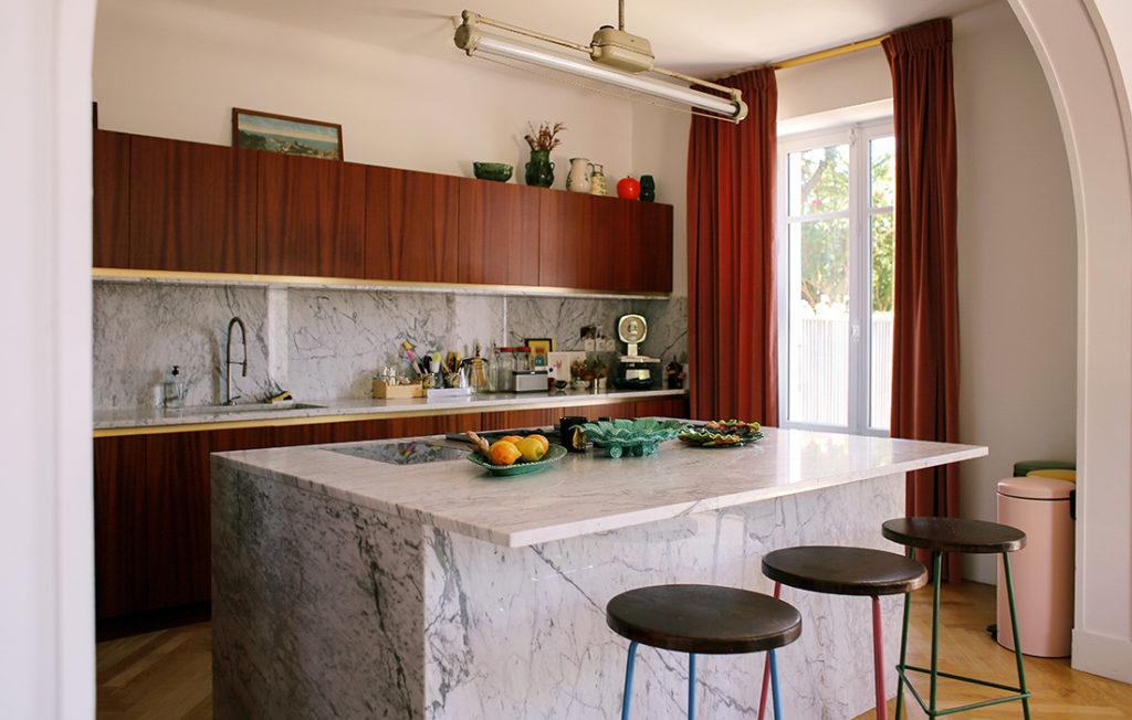 Cozinha com ilha com armários de madeira.