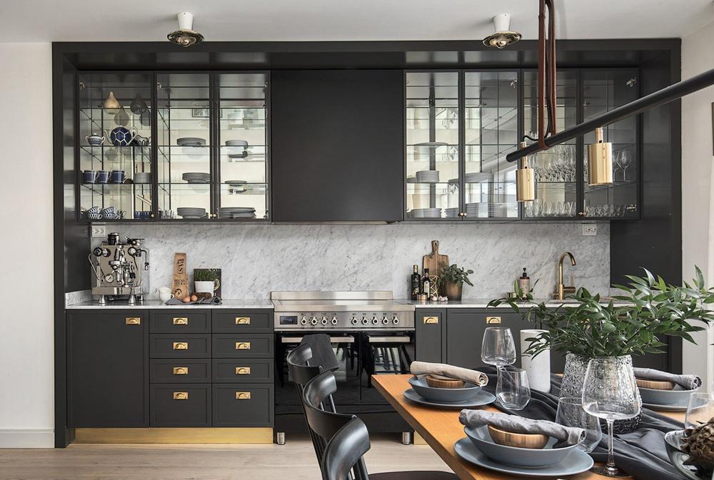 Cozinha aberta com armários pretas.