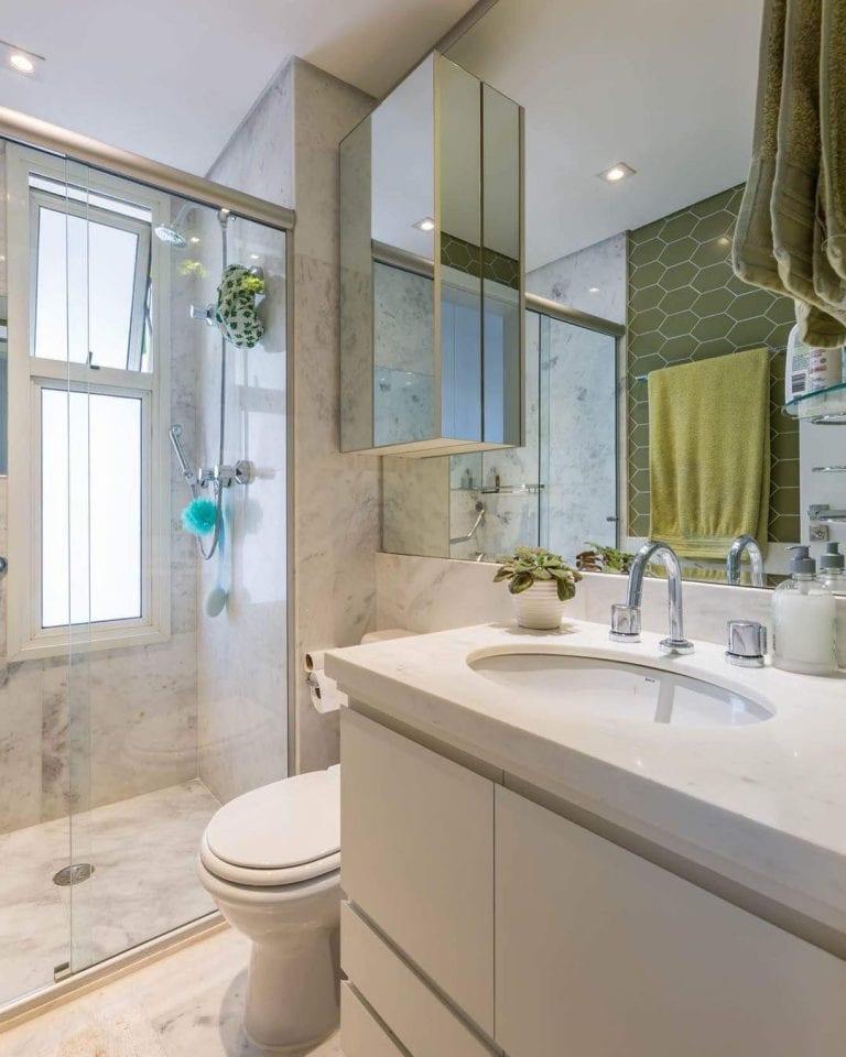 Banheiro com revestimento de mármore piguês.