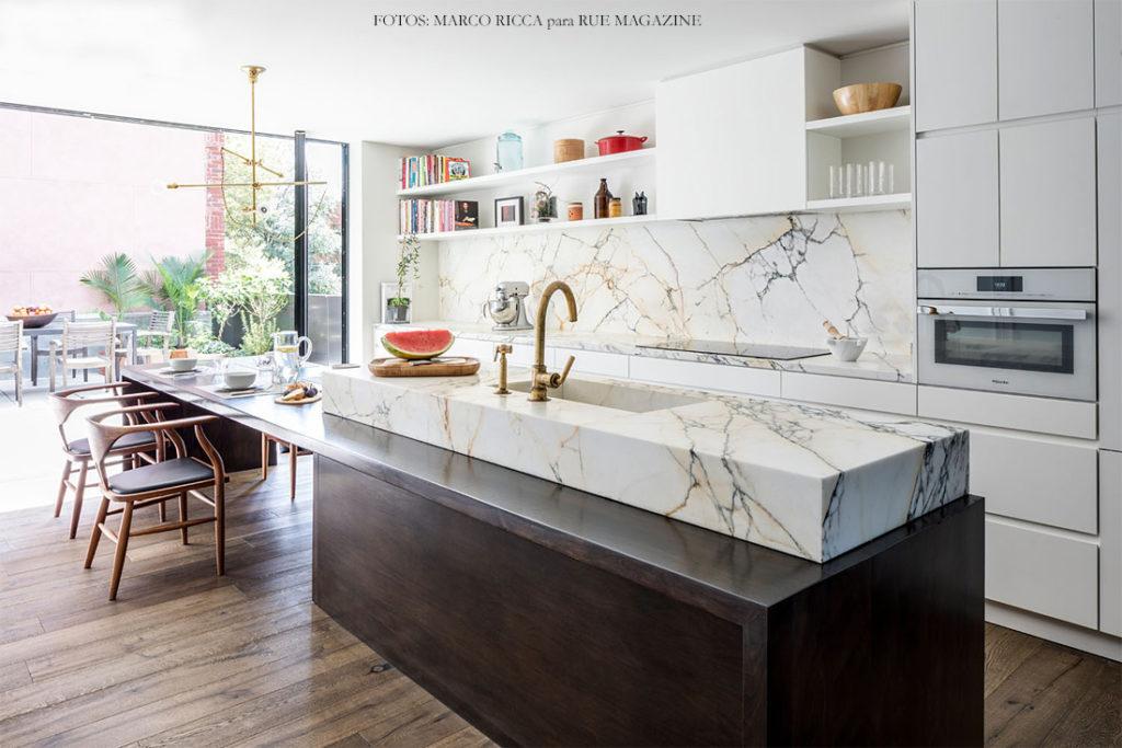 Cozinha com ilha planejada com mármore branco calacatta.
