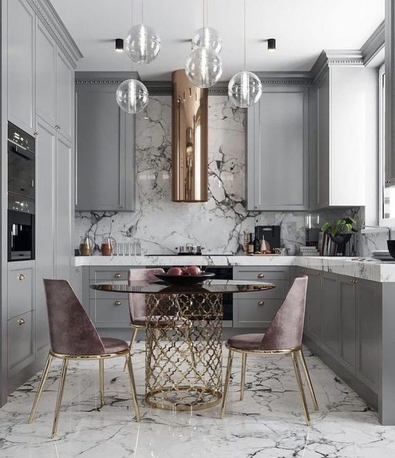 Cozinha luxuosa com armários cinzas e pendente suspenso.