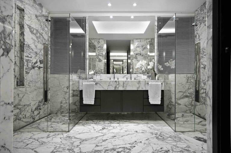 Banheiro luxuoso com revestimento  mármore branco carrara.