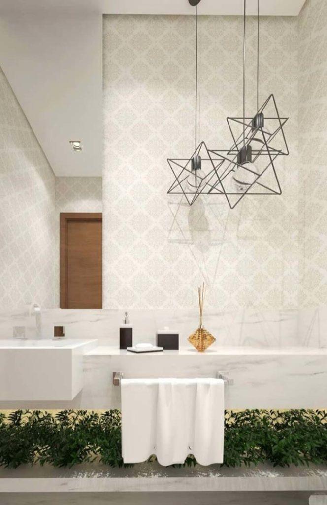Lavabo luxuoso com papel de parede e bancada de mármore de branco piguês.