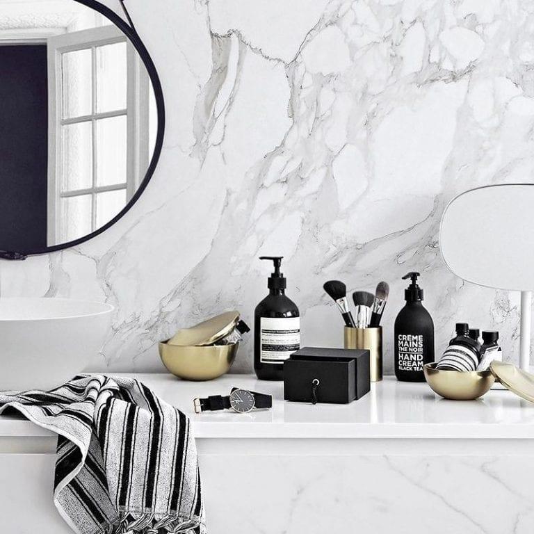 Banheiro moderno com revestimento de mármore.