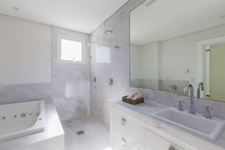 Banheiro luxuoso com revestimento de  mármore branco.