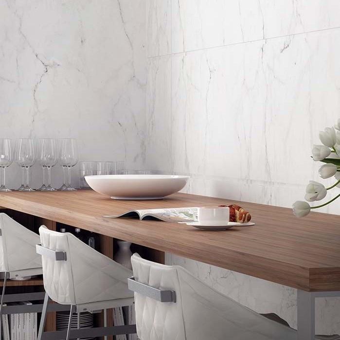 Restaurante com revestimento de  mármore branco carrara.