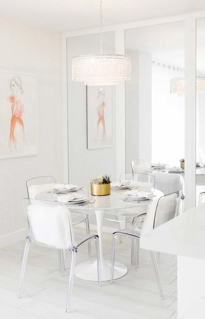 Sala de jantar com mesa de mármore branco piguês.