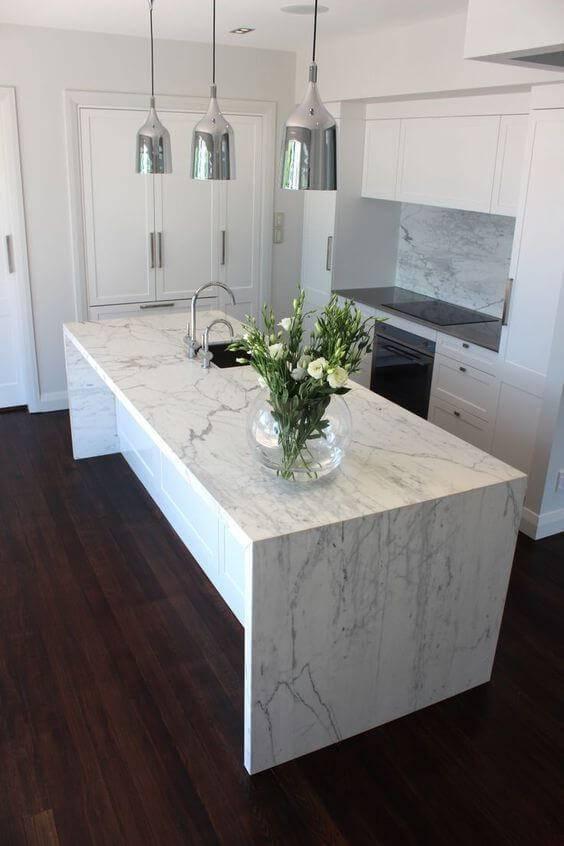 Cozinha com ilha de mármore branco carrara.
