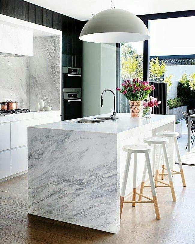 Cozinha com ilha elegante.