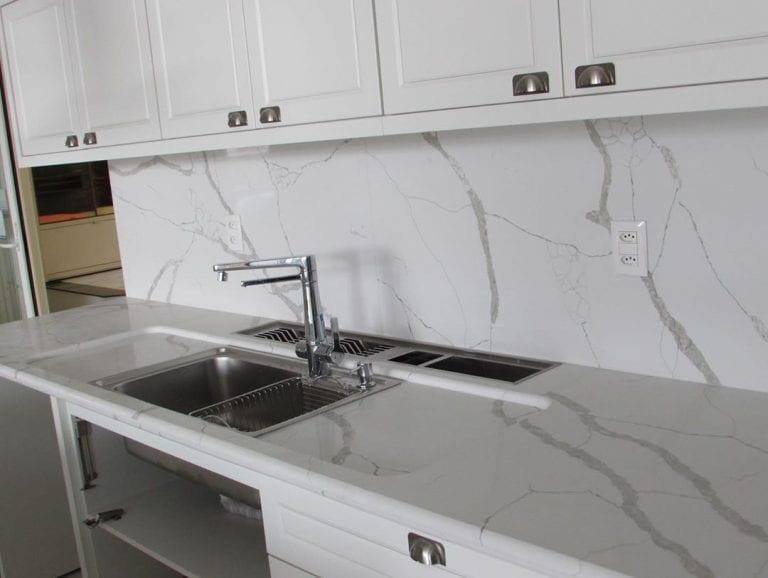 Cozinha com bancada e revestimento de mármore branco catalacatta.