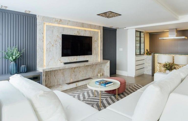 Sala decorada com painel de mármore branco catalacatta.