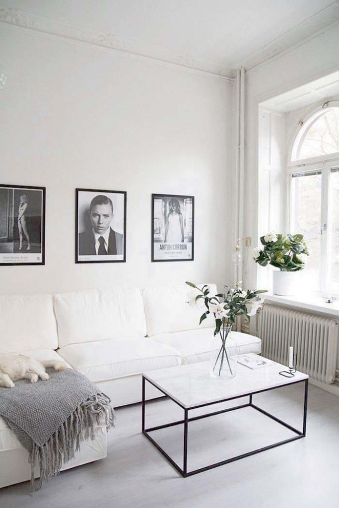 Sala elegante com mesa com tampo de mármore branco thassos.