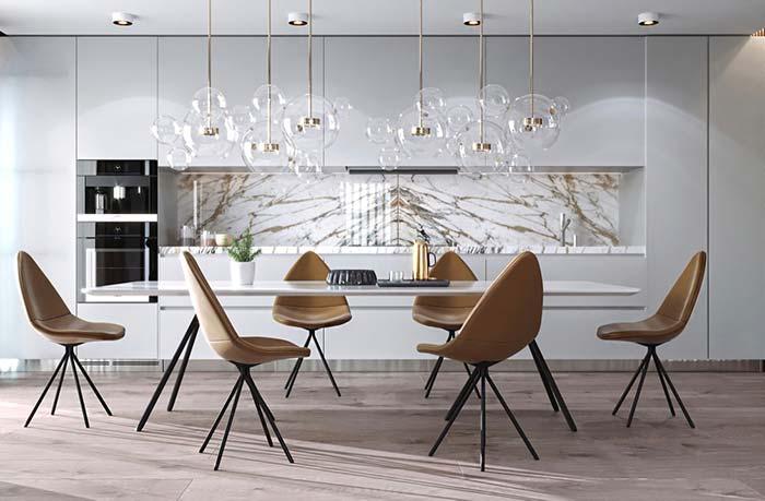 Cozinha aberta moderna com revestimento de mármore paraná.