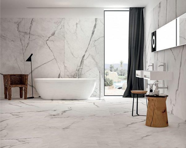 Banheiro luxuoso com revestimento de mármore  branco carrara.
