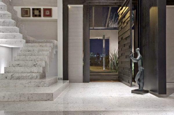 Escada com revestimento de mármore carrara.