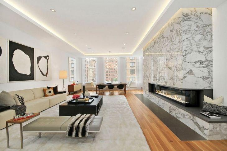 Sala grande moderna com piso de madeira.